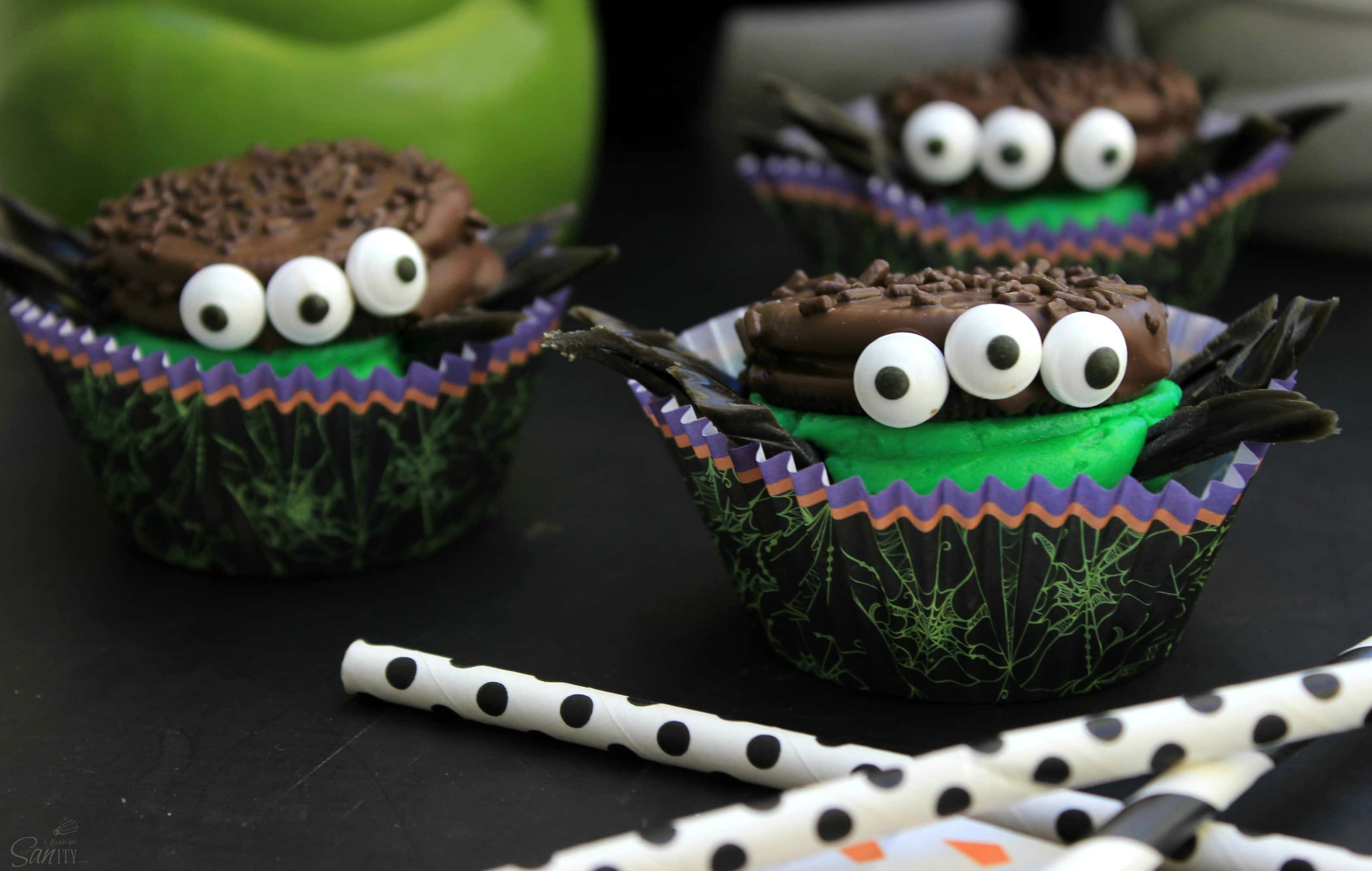 These Oreo Spider Cookie Sandwiches will be a frightfully fantastic easy to assemble treat to make this Halloween. They are a Halloween must have!