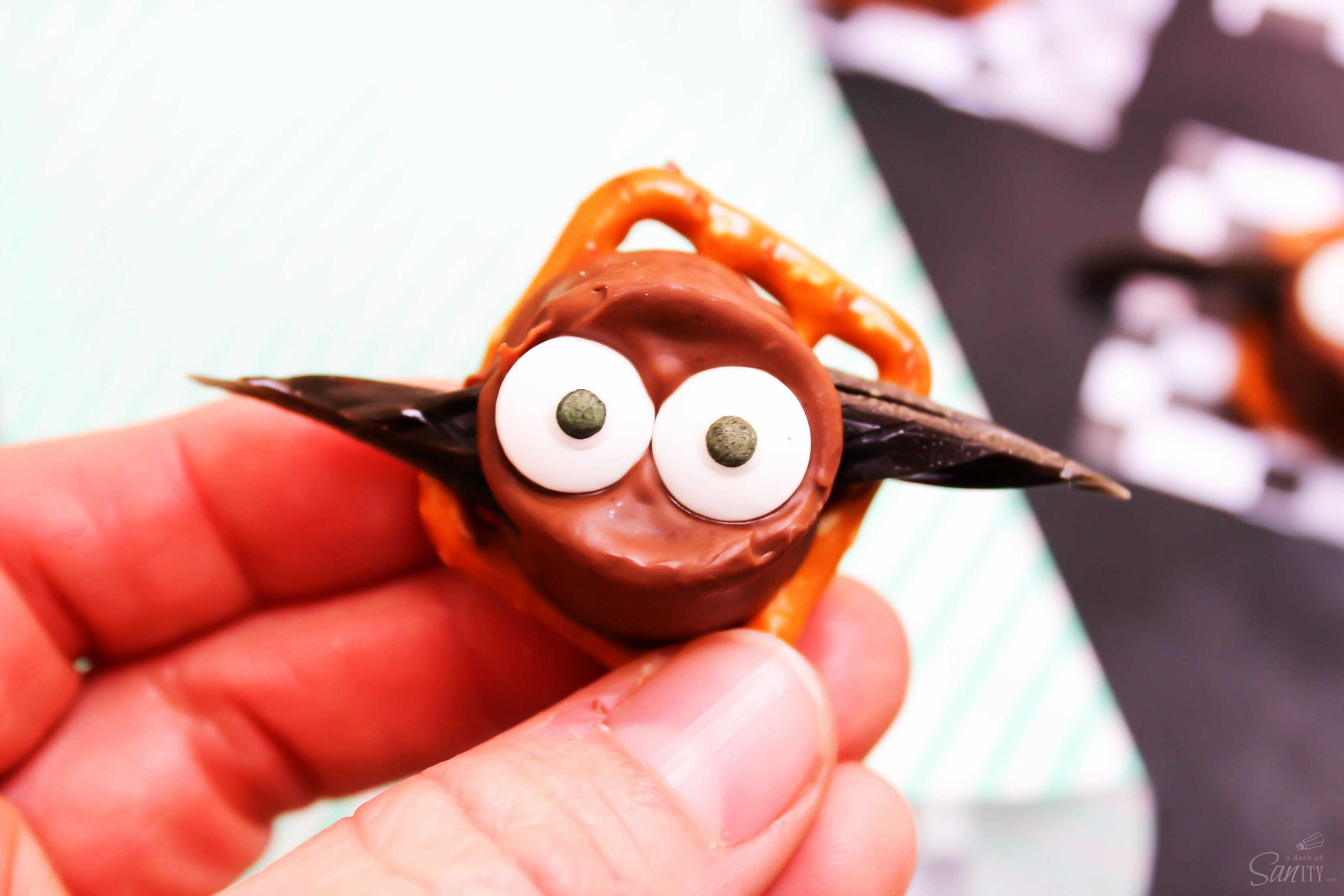 These Halloween Rolo Bats are easy to make adorable & spooky treats for this year's festivities. Get out the googly eyes, it's time to get all batty!