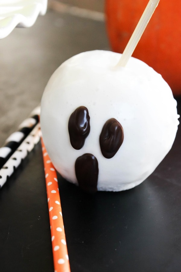 "These Quick & Easy Halloween ""Candied"" Apples are so much fun to make with the kids. They will love this festive Halloween treat! easy-quick-candied-apples-ghost-close-up"